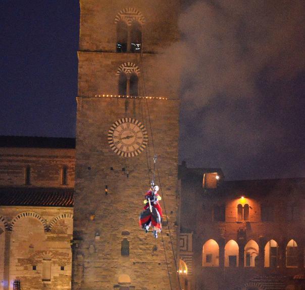 La befana scende dal campanile.